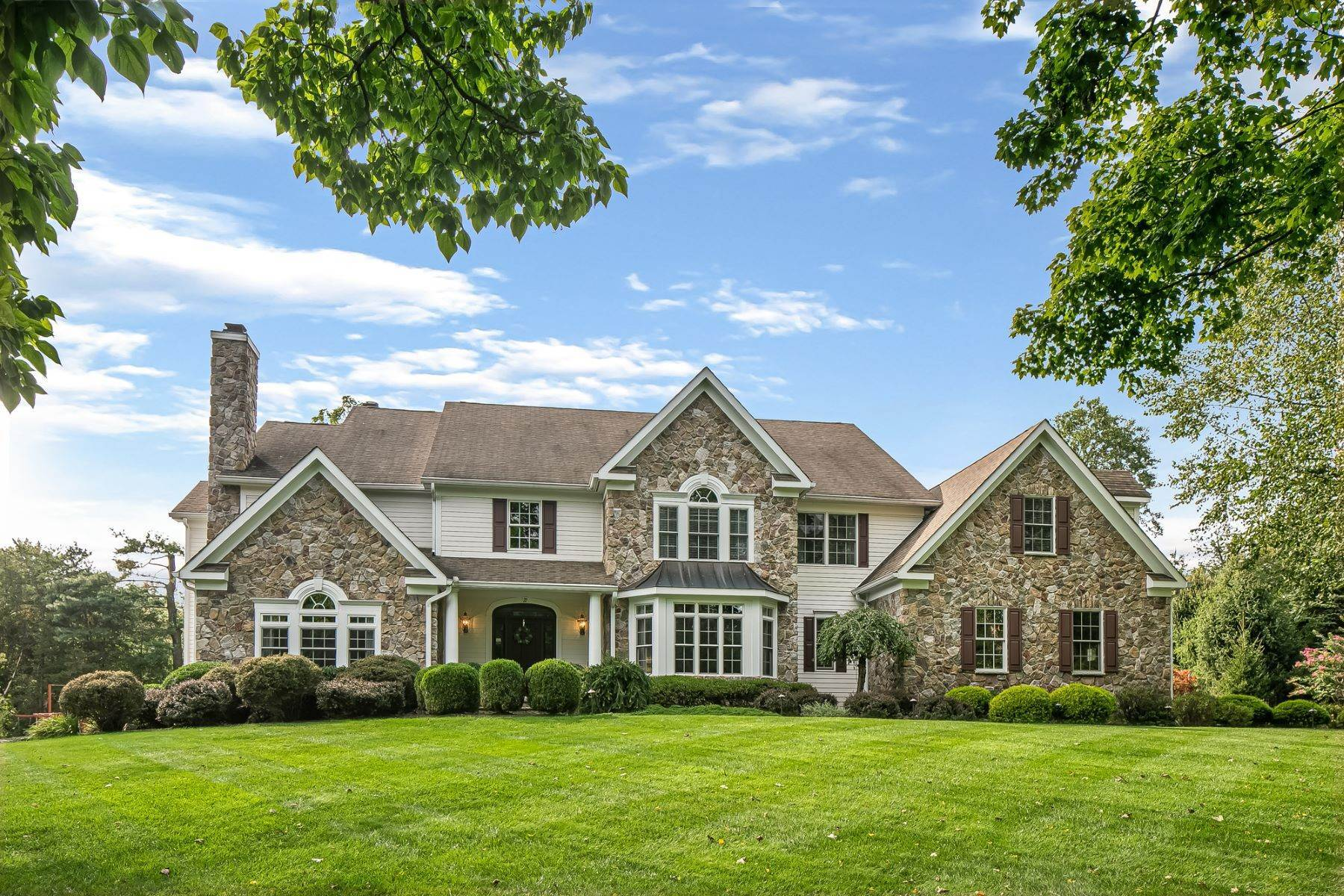Single Family Homes per Vendita alle ore Elegant Custom Colonial 22 Essex Place Basking Ridge, New Jersey 07920 Stati Uniti