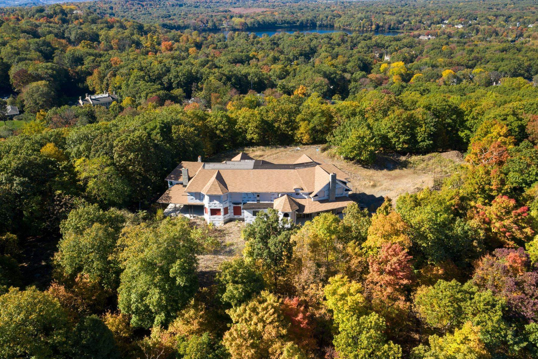 Single Family Homes pour l Vente à Stunning Views on the Mountain 642/650 Pawnee Lane Franklin Lakes, New Jersey 07417 États-Unis
