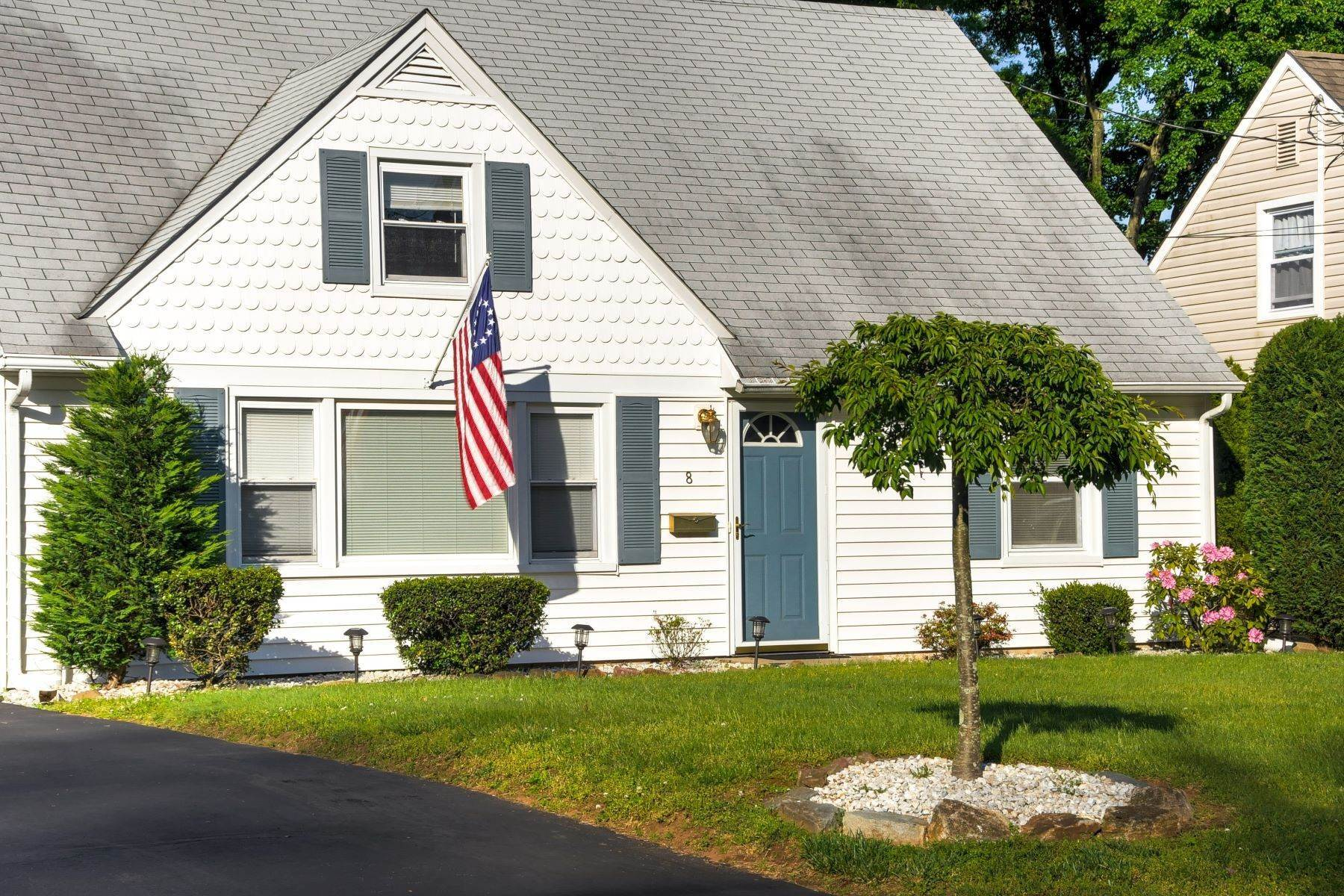 Single Family Homes のために 売買 アット Charming Cape Cod 8 Tuttle Street Green Brook Township, ニュージャージー 08812 アメリカ