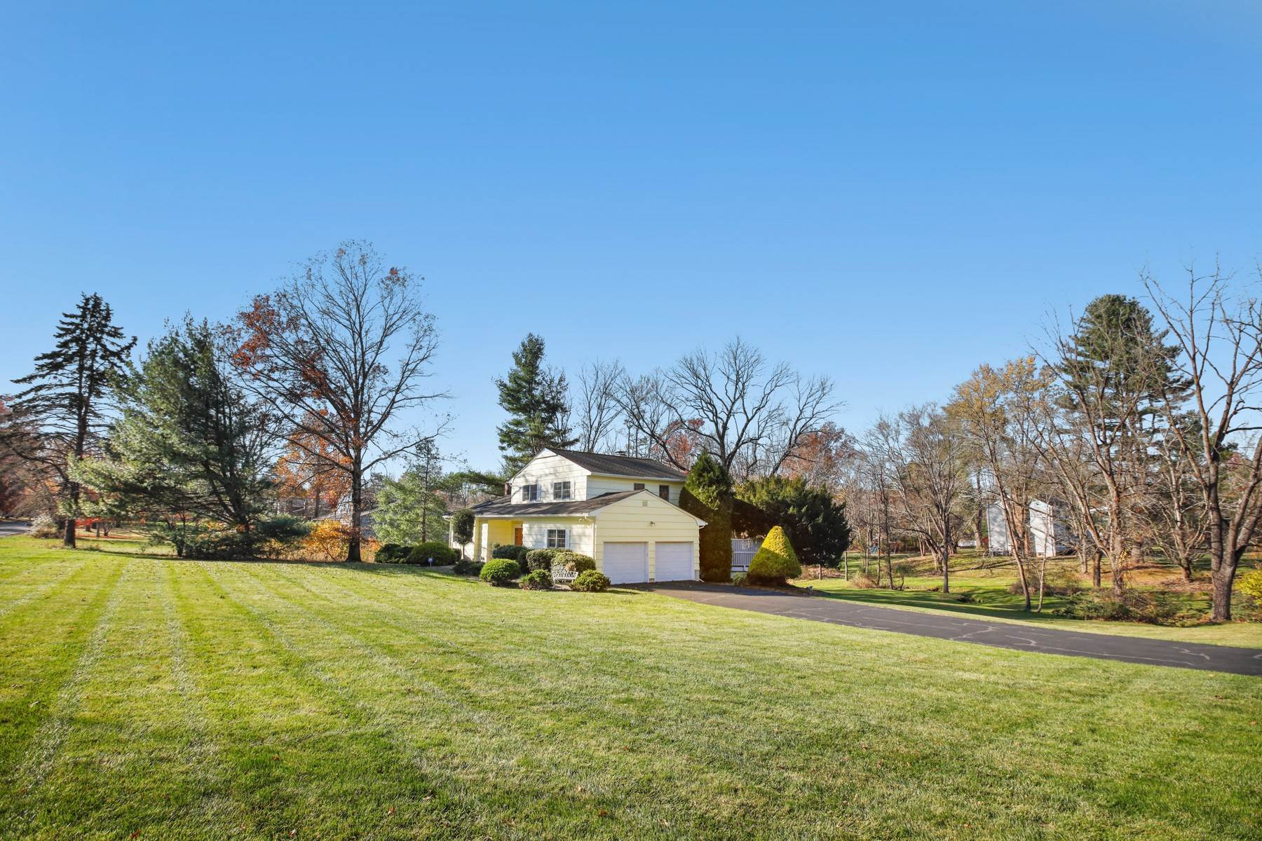 Single Family Homes per Vendita alle ore Immaculate California Split 5 Harcourt Lane Basking Ridge, New Jersey 07920 Stati Uniti