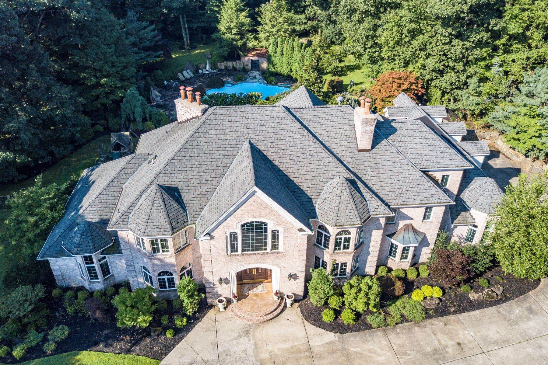 Single Family Homes للـ Sale في Exquisite Custom Home 5 Queens Court Mendham, New Jersey 07945 United States