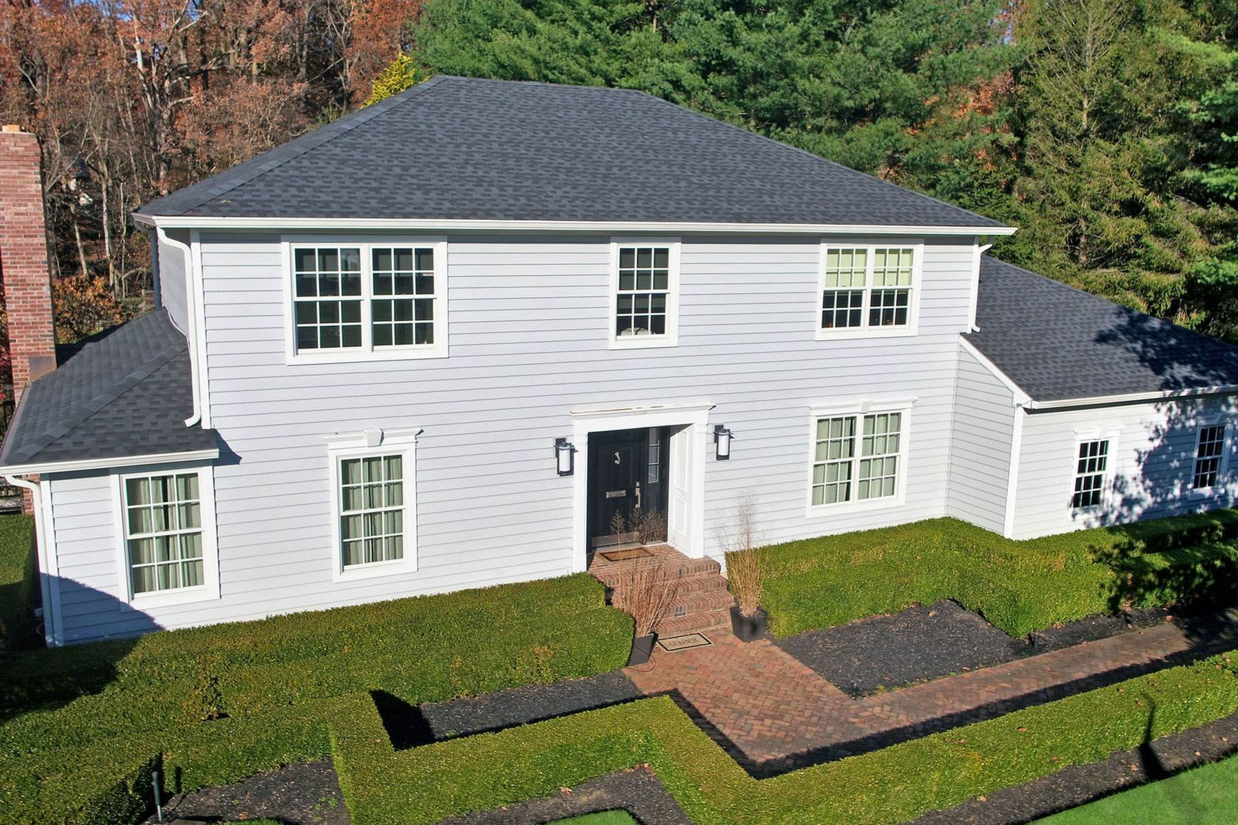 Single Family Homes pour l Vente à Chic Center Hall Colonial 36 Hartshorn Drive Colts Neck, New Jersey 07722 États-Unis