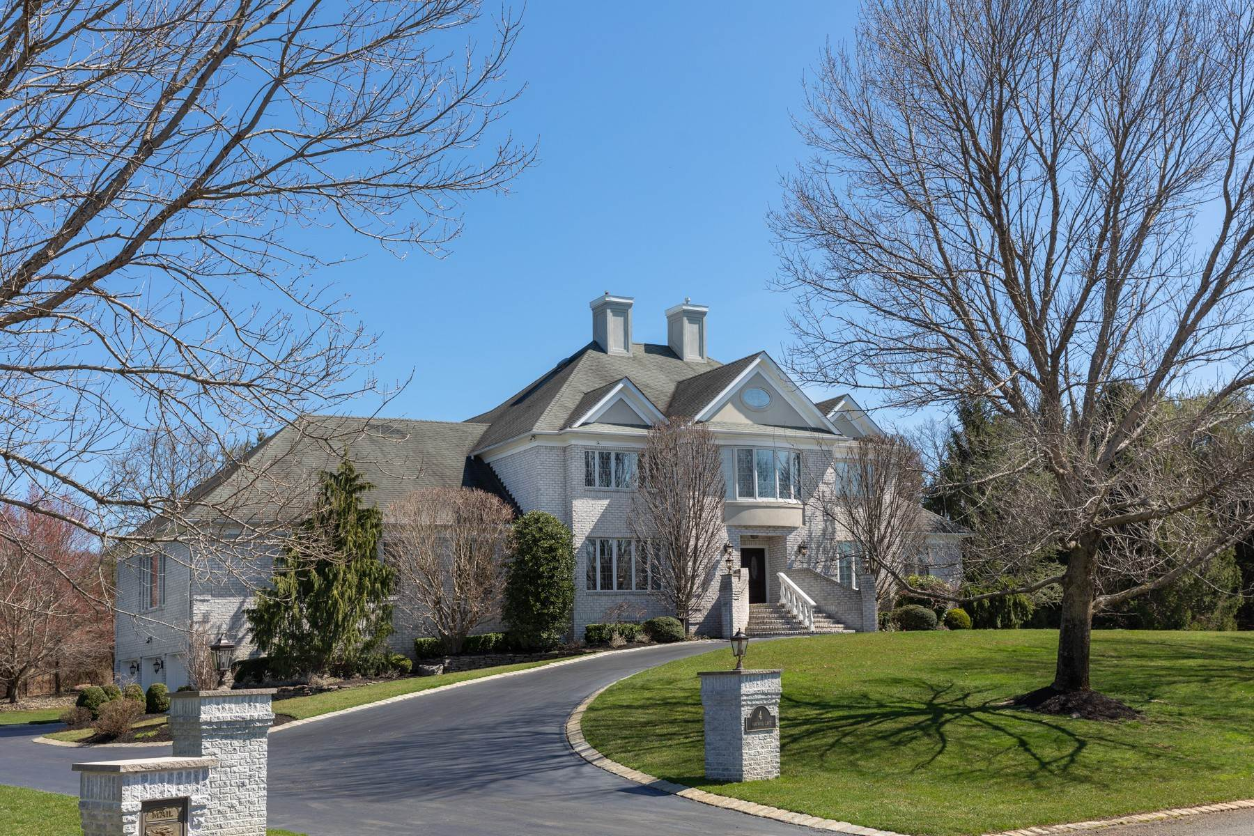 Single Family Homes pour l Vente à Recent Upgrades 4 Parkwood Lane Colts Neck, New Jersey 07722 États-Unis