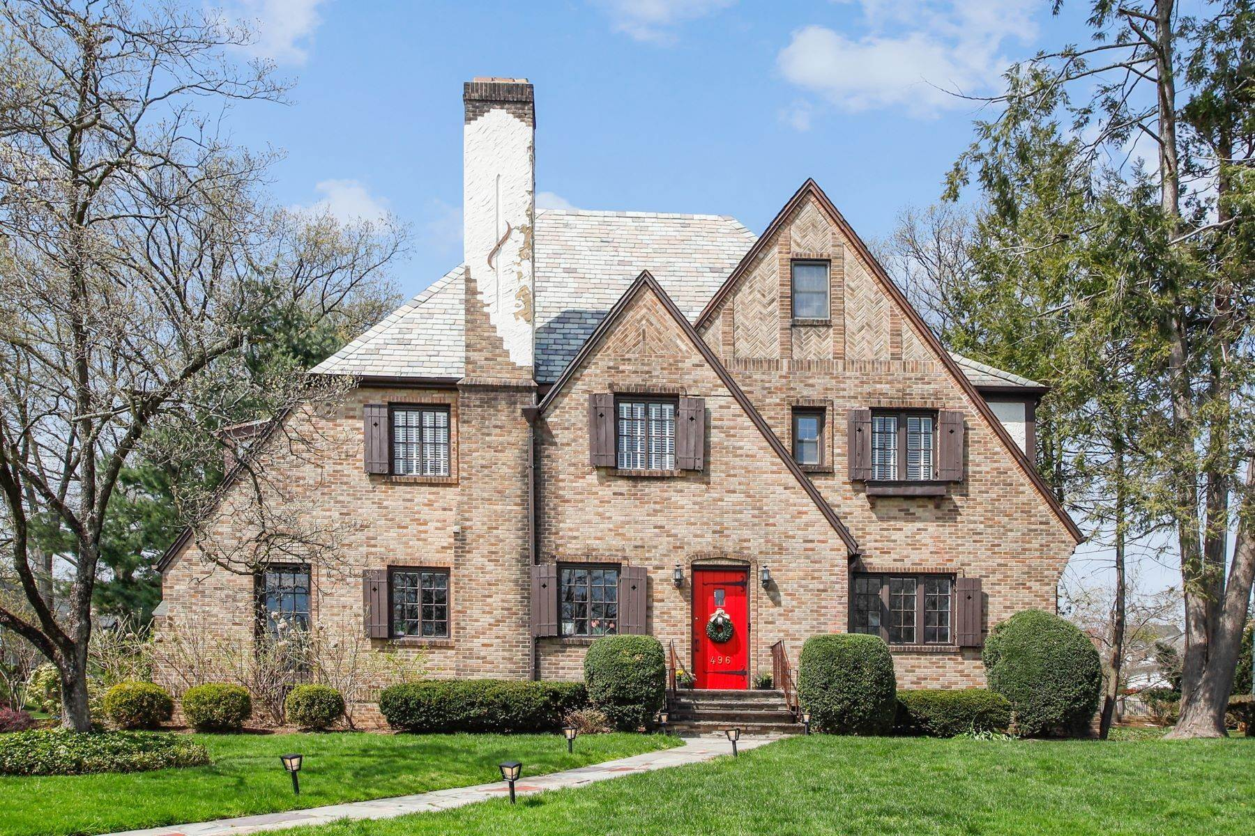 Other Residential Homes per Vendita alle ore Perfect Tudor 496 Ridgewood Ave Glen Ridge, New Jersey 07028 Stati Uniti