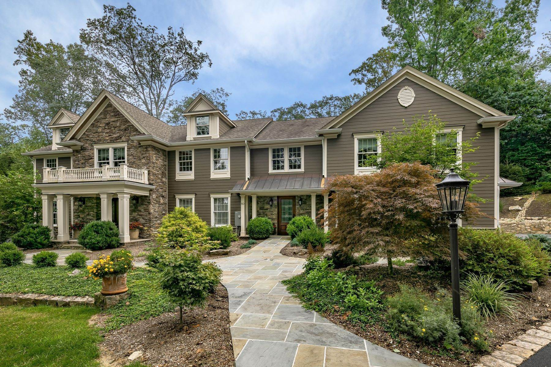 Single Family Homes للـ Sale في Elegant Colonial 10 Flintlock Court Bernardsville, New Jersey 07924 United States
