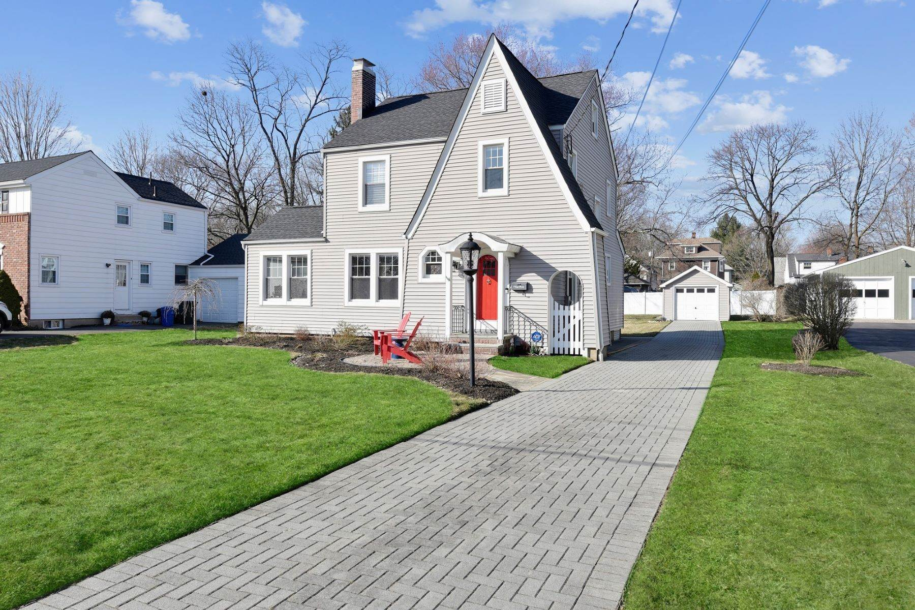 Single Family Homes 為 出售 在 Inviting Colonial Home 17 Jaqui Avenue Morris Plains, 新澤西州 07950 美國