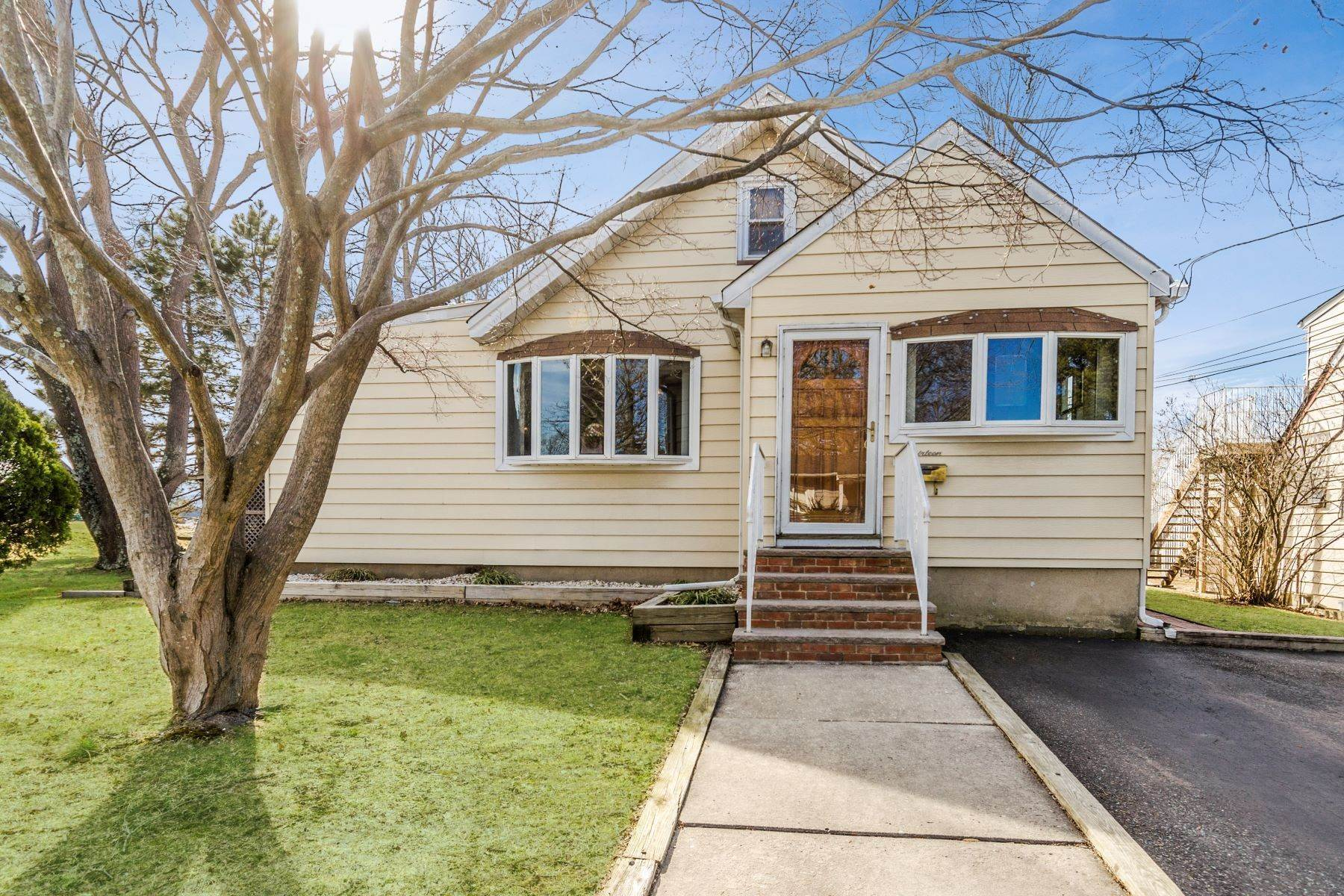 Single Family Homes para Venda às Relax and Recharge In The Cutest of Homes 13 Melvin Avenue East Brunswick Township, Nova Jersey 08816 Estados Unidos